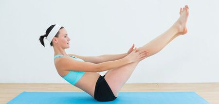 Mujer efectuando la postura pontón