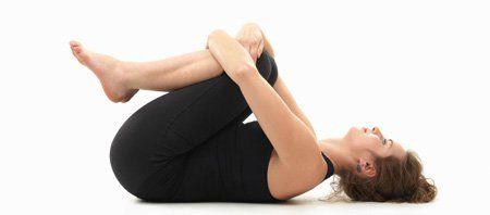 Efectuando la postura de yoga llamada