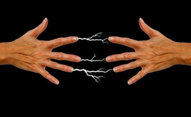 Por qué ciertas personas al tocarlas producen corriente (electricidad estática)