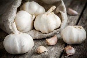 Estos son los beneficios de poner un diente de ajo bajo la almohada