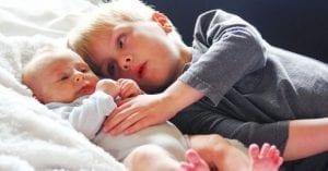 Por qué razón los hijos mayores nodeben ser niñeras desus hermanos menores